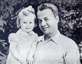 Sergey Yakovlevich Lemeshev with his daughter Maria. 1947 Photo. (Сергей Яковлевич Лемешев с дочерью Марией. 1947 г. Фотография.) (Belyaev)