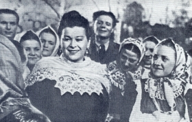 M.P. Maksakova with the artists of the Voronezh Folk Choir. 1951 Photo. (М.П. Максакова с артистами Воронежского народного хора. 1951 г. Фотография.) (Belyaev)