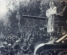 Larisa Pompevna Aleksandrovskaya speaks before the fighters. 1940's. The photo. (Лариса Помпеевна Александровская выступает перед бойцами. 1940-е гг. Фотография.) (Belyaev)